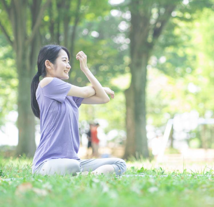公園でストレッチする女性